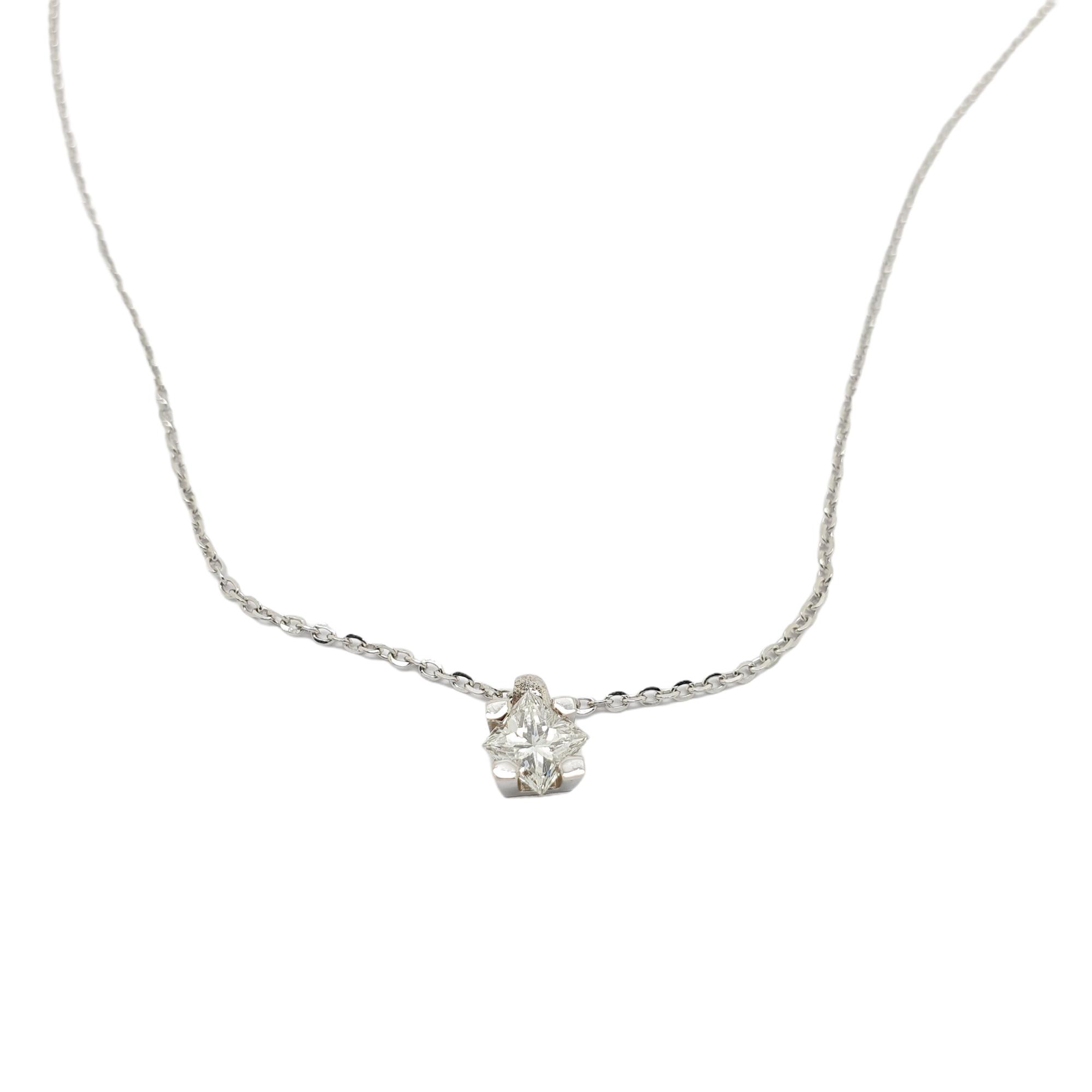 Μενταγιόν μονόπετρο απο λευκόχρυσο κ18 με τετράγωνο διαμάντι.