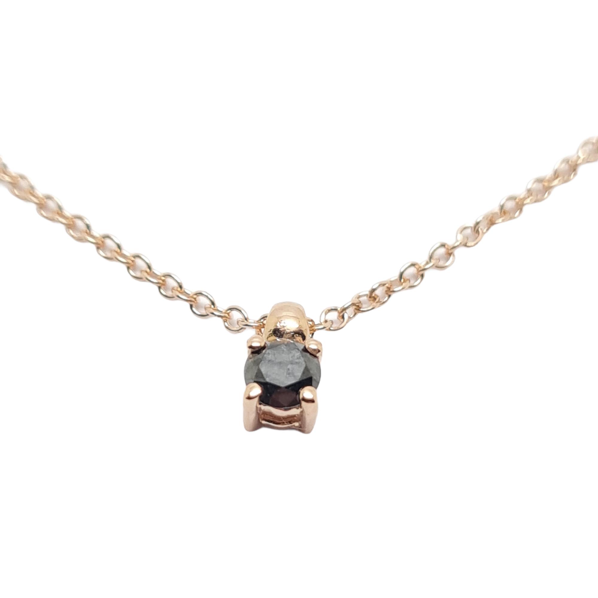 Μονόπετρο μενταγιόν απο ροζ χρυσό κ18 με μαύρο διαμάντι σε καστόνι με τέσσερα δόντια.